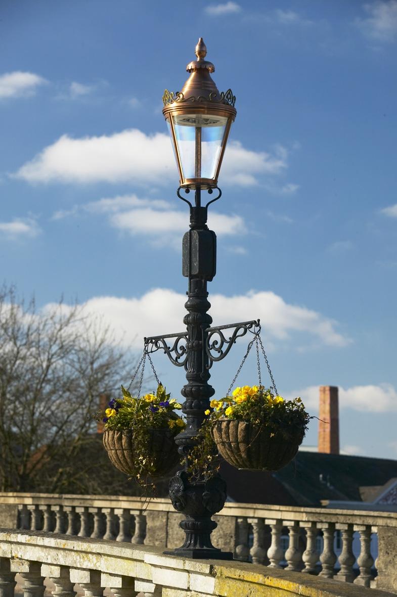 Westminster pedestal & hanging basket